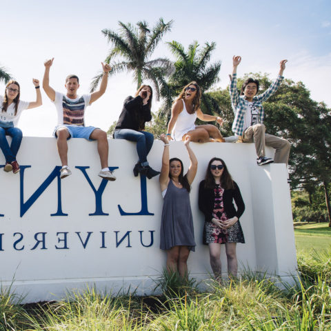 Students pose outside on bt365手机下载 sign in Boca Raton.