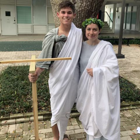 Two 学生们 dressed in togas